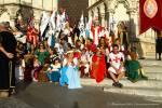 Foto de grupo disfrazados en la catedral